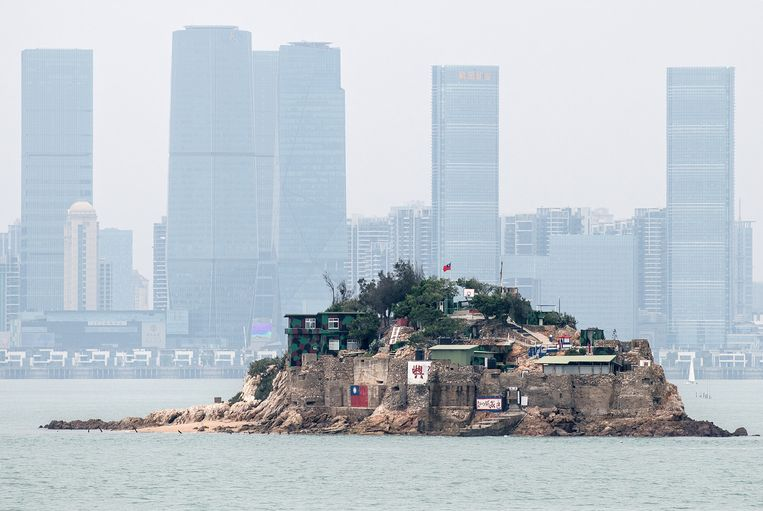 Shiyu, een deel van het eilandje Kinmen, met de Chinese stad Xiamen op de achtergrond. Beeld Getty Images