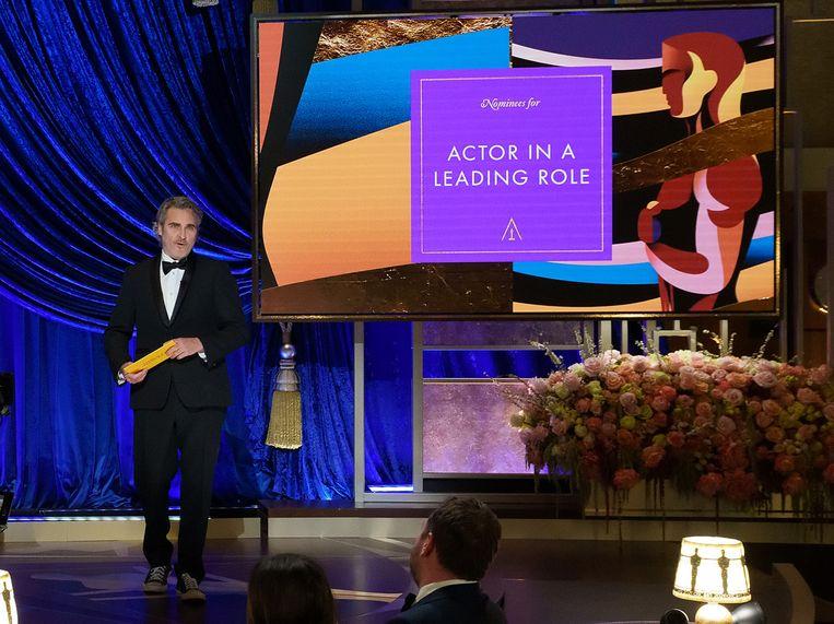 Joaquin Phoenix maakte zondagnacht de winnaar van de Oscar voor beste acteur bekend, maar had niemand om hem aan uit te reiken. Beeld Getty
