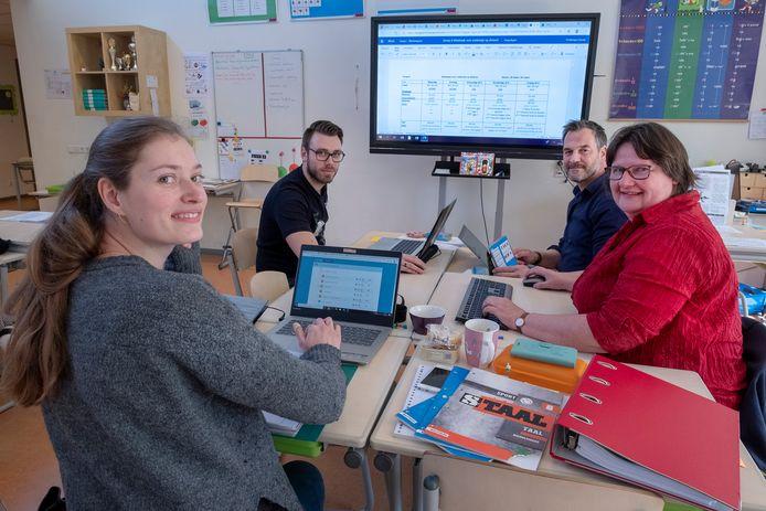 Op Basisschool De Sieppe in Groesbeek zijn de leraren lesstof aan het maken die de kinderen online kunnen bekijken. Vlnr: Renée Fröling, Ard Terwindt, Maarten van Minderhout en Fréderique Gerrits.