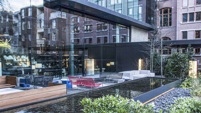 Het terras van het Conservatorium Hotel is klaar voor de zomer. Beeld Rink Hof