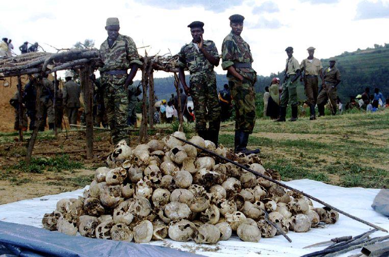 Schedels van honderden Tutsi burgers die zijn opgegraven en opnieuw begraven als onderdeel van de herdenking van de genocide in Rwanda.  Beeld X00091