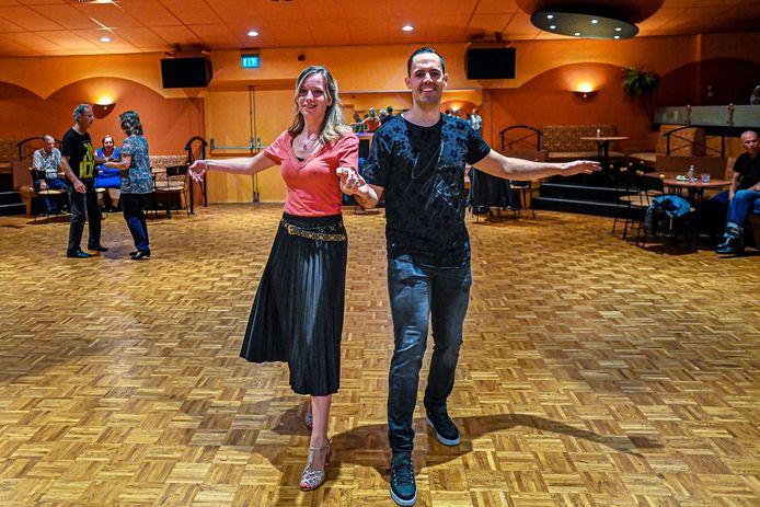 Madelon Dingenouts (23) uit Standdaarbuiten is twee jaar geleden begonnen met stijldansen. Rechts haar danspartner Niels.
