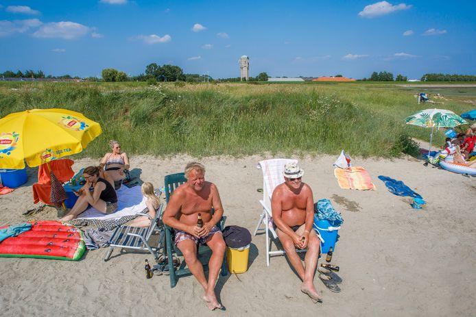 Fluplander Jan Kot (op de groene stoel) bezoekt graag het strandje bij de haven, ondanks de voormalige vuilstort die er naast ligt.