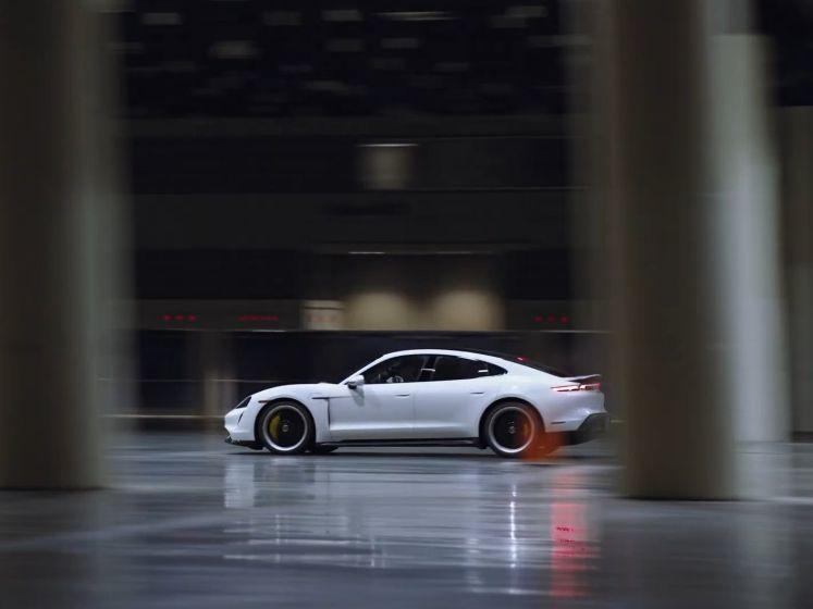 Nieuw snelheidsrecord met auto...in een gebouw