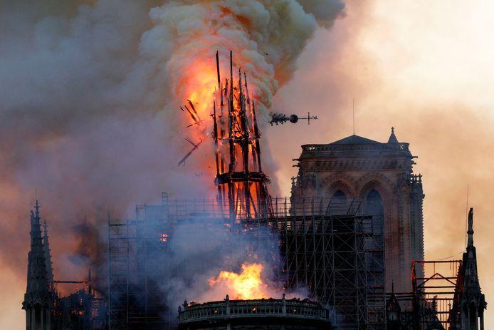 De torenspits ging in april 2019 mee in vlammen op.