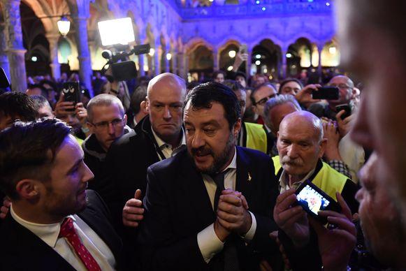 De afgeladen volle Handelsbeurs - 1.400 man - ontving Salvini als een rockster.