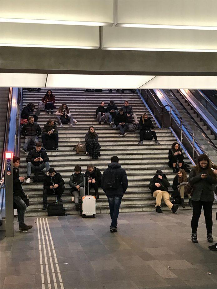 Wachtende reizigers op station Eindhoven.