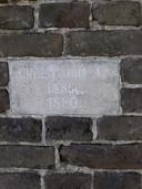 Het 'naambordje' naast de voordeur van de boerderij, die in 1880 door de familie Van Berlo werd gebouwd.