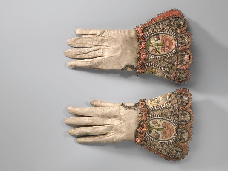 Bruidshandschoenen, 1630-1640; leer, zijde, gouddraad, parels, pailletten.  Beeld  Amsterdam Museum, Amsterdam