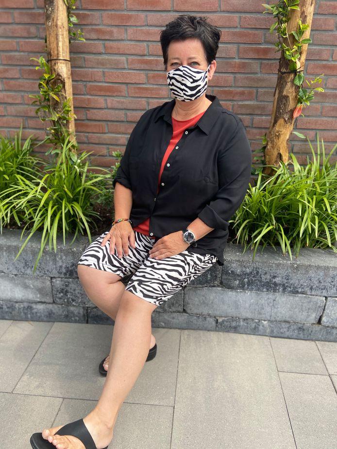 """Julia van Opdorp uit Zevenbergen: """"Mijn creatieve moeder had een nieuwe broek gemaakt, ze had nog wat stof over dus heeft daar een mondkapje van gemaakt!"""""""