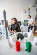 Didi Walakutty en Alexander Poth van Printing the future in hun appartement waar ook de 3D-printers en de producten staan.