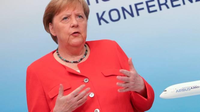 """Merkel: """"Vliegverkeer moet snel overstappen op hernieuwbare energie"""""""
