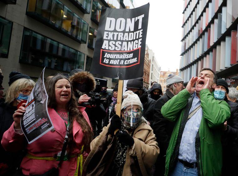 Aanhangers van Julian Assange voor The Old Bailey in Londen reageren verheugd op het nieuws. Beeld AP