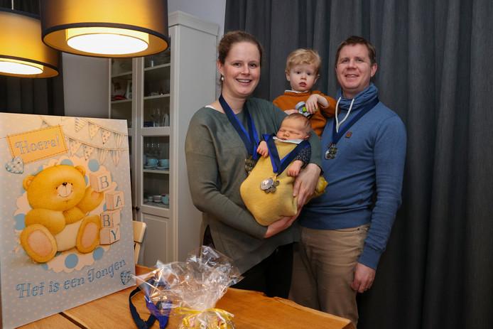 Rob en Daphne van Burik met hun pasgeboren baby Linden en zijn broertje Mathijs.