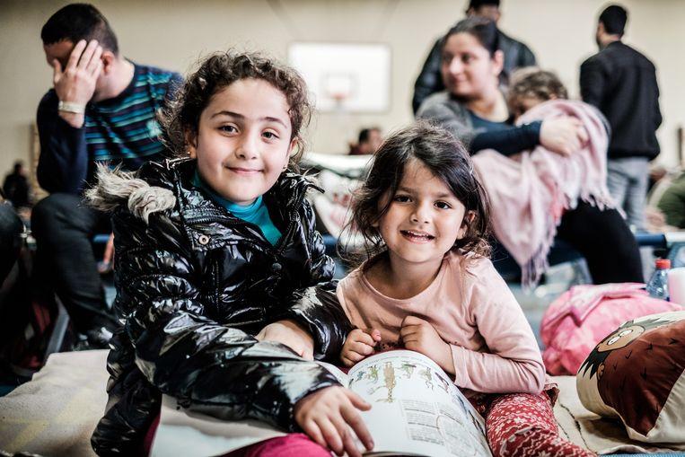 Het kamp werd geëvacueerd en de bewoners werden ondergebracht in drie zalen. Iraaks gezin in de vluchtelingenopvang. Beeld Bob Van Mol