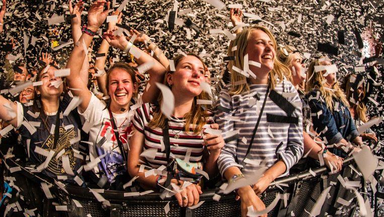 Onder een sneeuwbui van confetti treedt de Britse folkrockband Mumford & Sons op tijdens de laatste dag van de 25e editie van Lowlands Beeld ANP