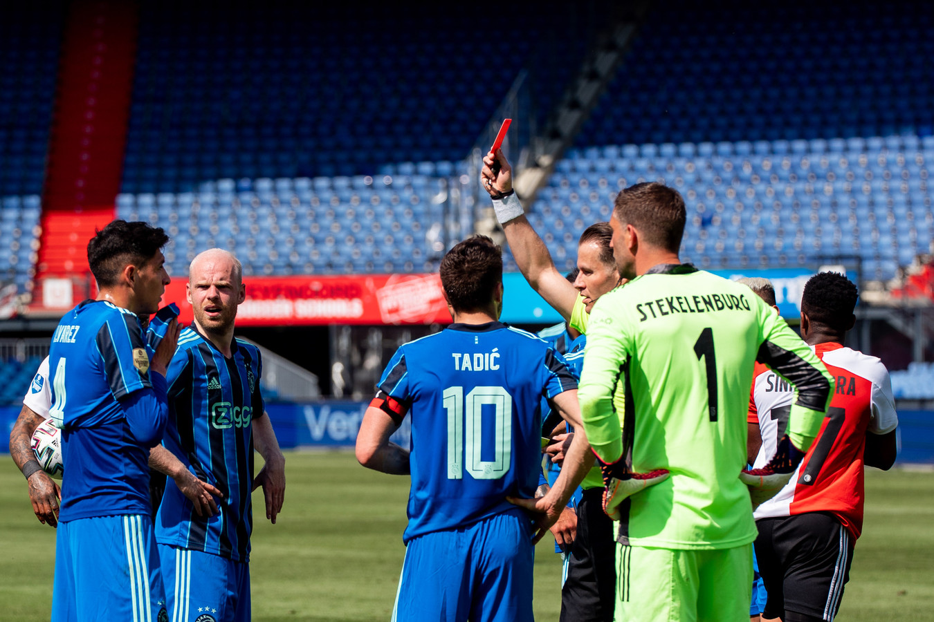 Edson Álvarez kreeg rood in de klassieker na een handsbal op de doellijn.