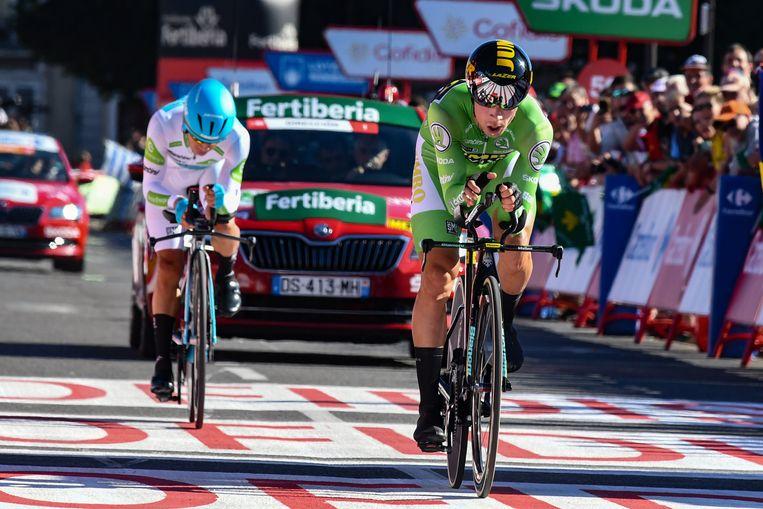 Primoz Roglic haalt de Colombiaan Miguel Angel Lopez in tijdens de tijdrit in Pau.  Beeld Cor Vos