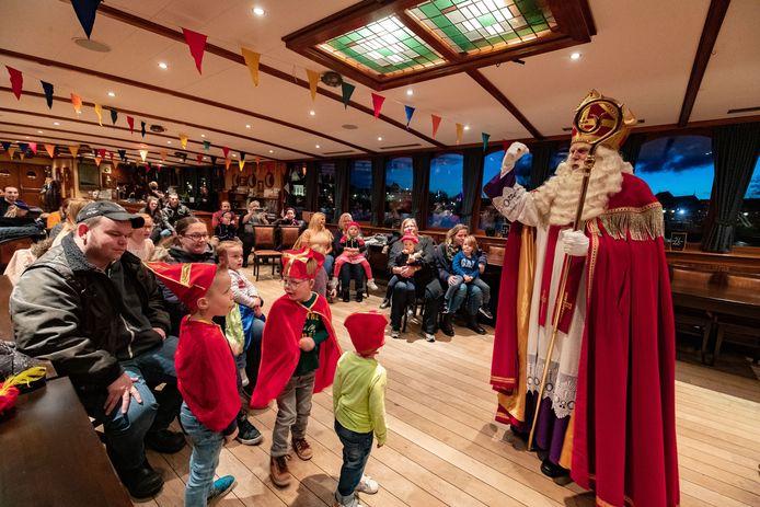 De coronaproof Sinterklaasviering in Kampen in 2020. Een boottocht met een beperkt aantal mensen.