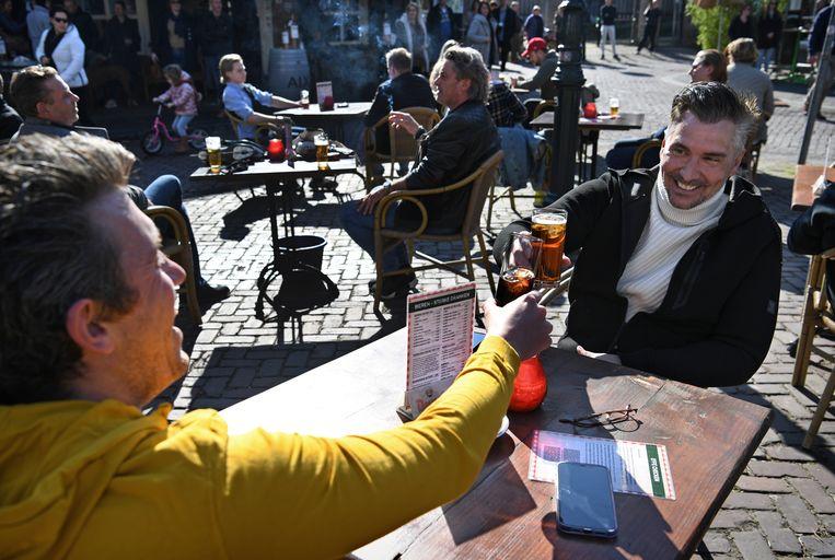 In maart deed onder anderen cabaretier Guido Weijers – op de foto in Breda – mee aan een protestactie tegen de strenge coronaregels door op een terras plaats te nemen. Beeld Marcel van den Bergh