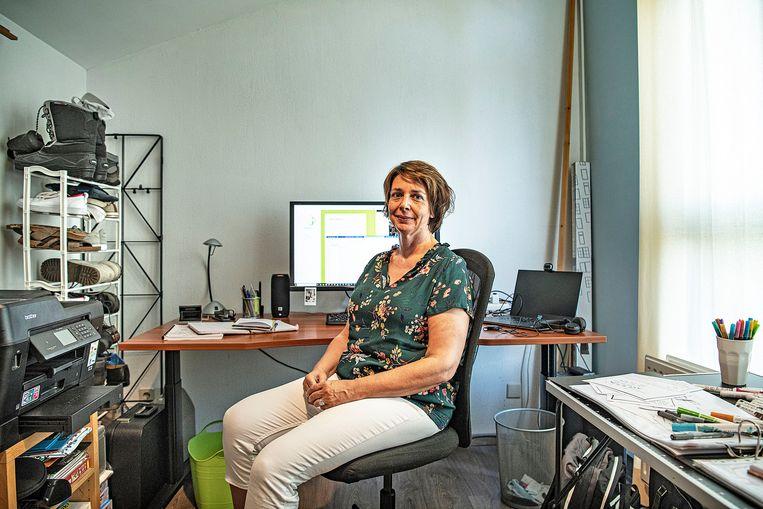 Mariola Dirkzwager: 'Ik zit tussen het wasgoed op mijn werkkamer.'  Beeld Guus Dubbelman / De Volkskrant