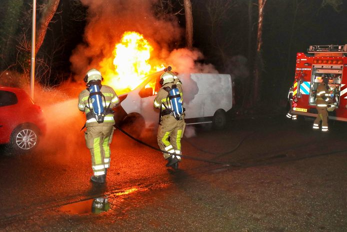 In de Anna Paulownalaan in Zeist ging een bestelbus in vlammen op.