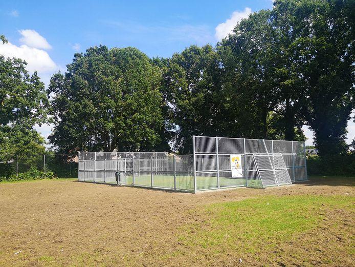 De nieuwe voetbalkooi in Ochten.