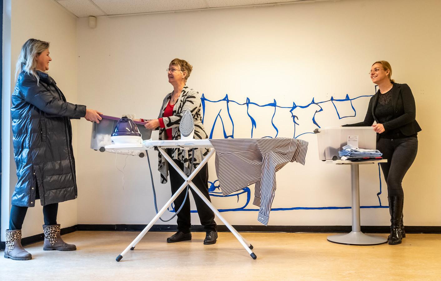 Wendy Kieft, Marjory van Geenen en Marielle Vaassen (vlnr). Wendy komt wasgoed brengen; Marjory en Marielle zijn vrijwilligers bij de Strijkdienst.