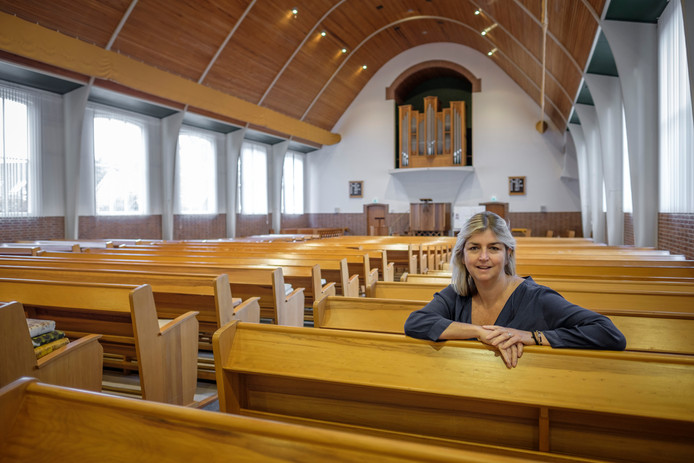 Renée Ruisch in het kerkgebouw in Nieuw-Beijerland dat zal worden omgetoverd tot Halte Zomervilla.