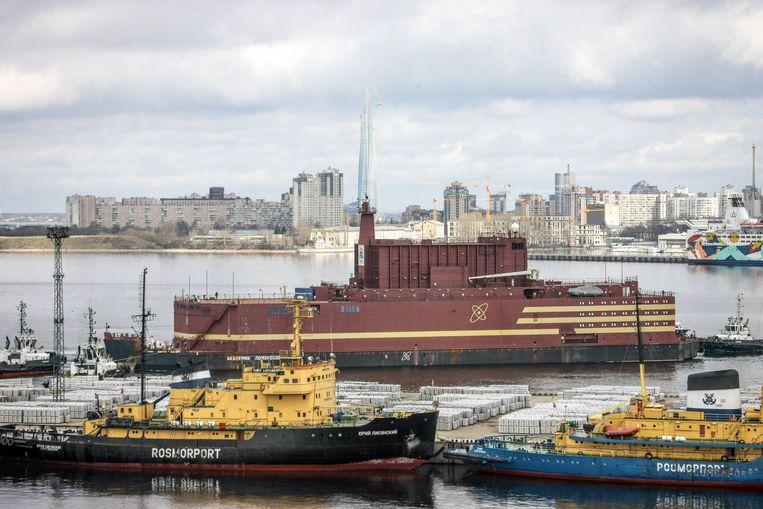 De Akademic Lomonosov verlaat de haven van Sint-Petersburg. Beeld EPA