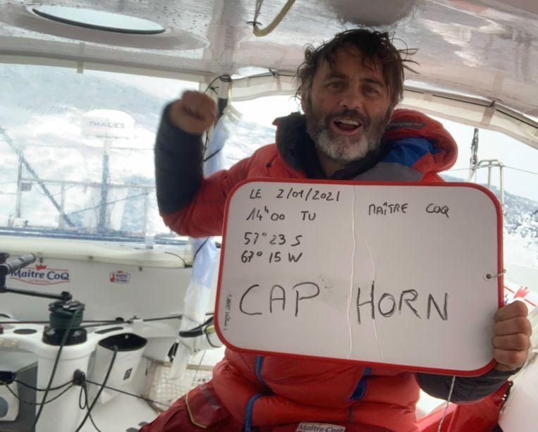 Yannick Bestaven viert de ronding van Kaap Hoorn, die hij als eerste bereikte. Beeld Vendée Globe