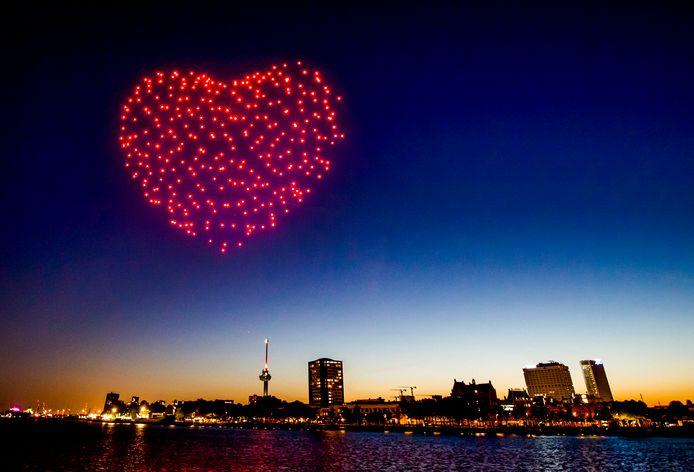 Tijdens Bevrijdingsdag verraste Mothership de stad met een gigantisch hart, gemaakt van lichtgevende drones door kunstenaarsduo Drift.