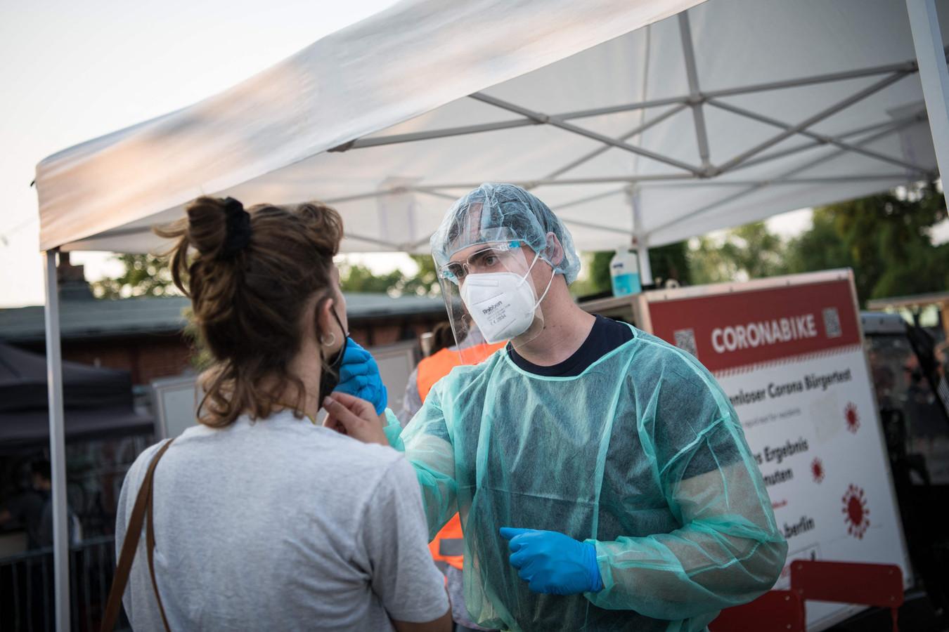 In Duitsland kunnen mensen onder meer bij vliegvelden, treinstations, apotheken en de gezondheidsautoriteiten terecht voor een coronatest.