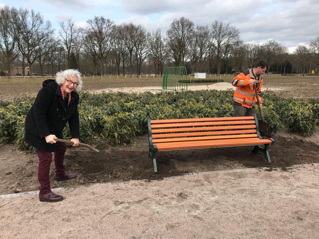 Bewoner Catrien van Waarde en Bert Budding van de gemeente Ede aan het werk in het gebied.