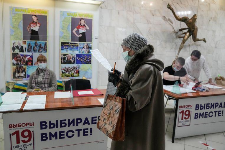 Een stembureau vrijdag. Russen nemen drie dagen de tijd om hun nieuwe parlement te kiezen.  Beeld AP