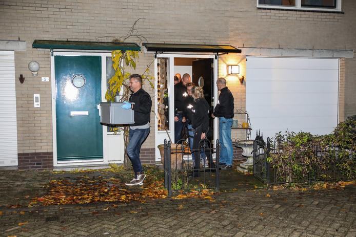 Rechercheurs keerden de woning aan het Koolwitjehof in Schiedam-Noord binnestebuiten.