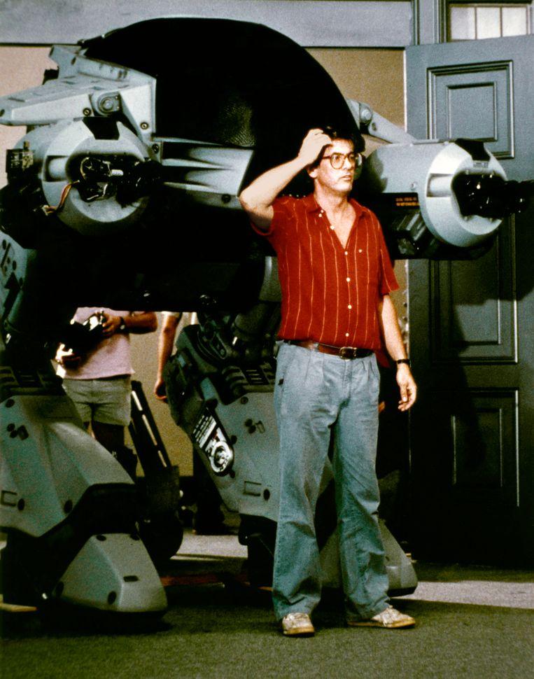 Regisseur Paul Verhoeven op de set van 'RoboCop'.  Beeld Corbis via Getty Images