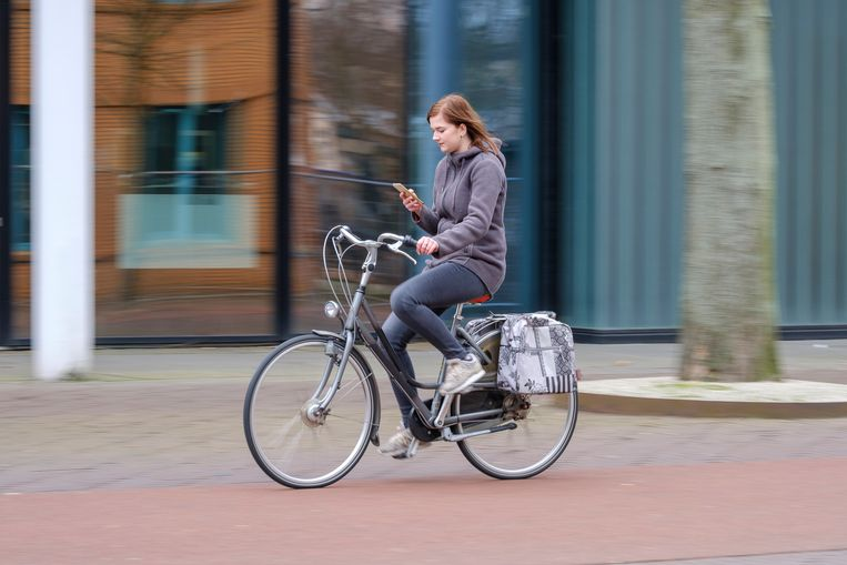 Wie op de fiets met een smartphone in de weer is, is altijd afgeleid.