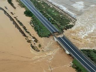 Italiaanse snelwegbrug begeeft het na hevige regenval