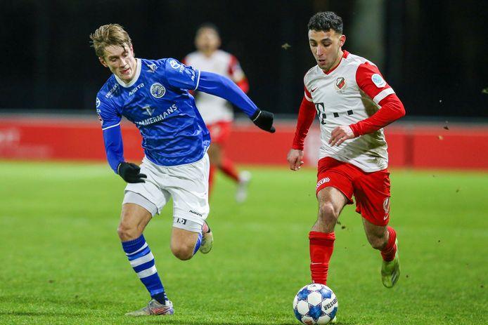 Hicham Acheffay (rechts) in actie voor Jong FC Utrecht.