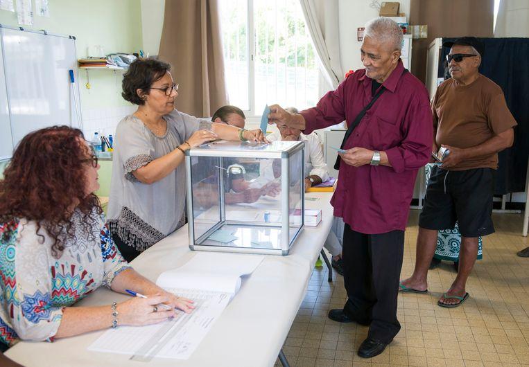 Een inwoner van hoofdstad Nouméa brengt zijn stem uit.