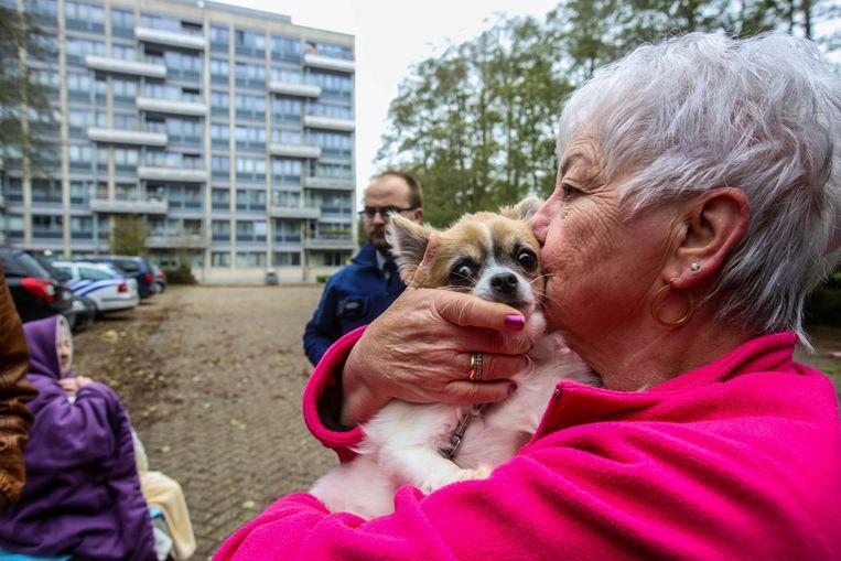 Denise Denis ontfermt zich over Sisi, het hondje van haar buurvrouw.