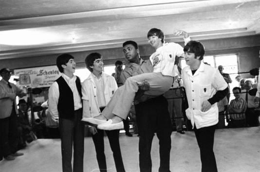The Beatles waren enkele dagen eerder te gast bij Ed Sullivan toen ze het gevecht van Clay tegen Liston in Miami bijwoonden. Ringo Starr was een vedergewicht in de handen van Clay.