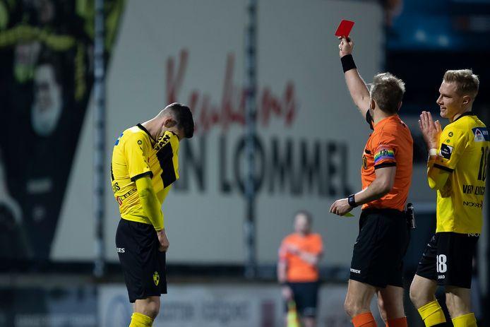 Ref Vermeiren stuurt Lierenaar Jordy Gillekens in blessuretijd van het veld. De scheidsrechter was een bron van frustratie voor Lierse.
