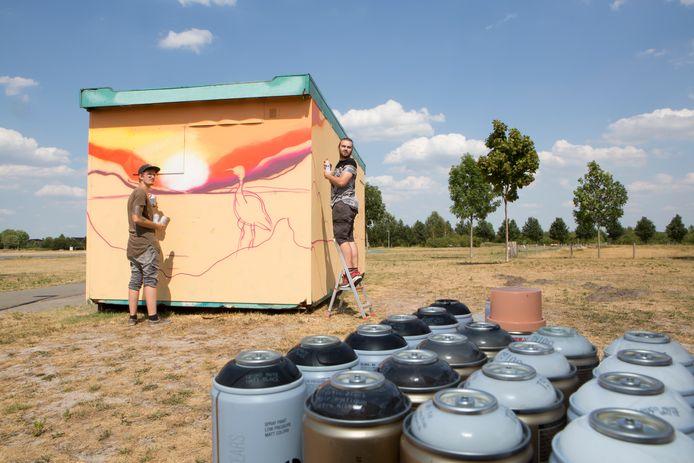 Olaf ter Haar en Ruud Kerssies (met pet op) gaan zonder jongeren aan de slag met het pimpen van het toiletgebouw.