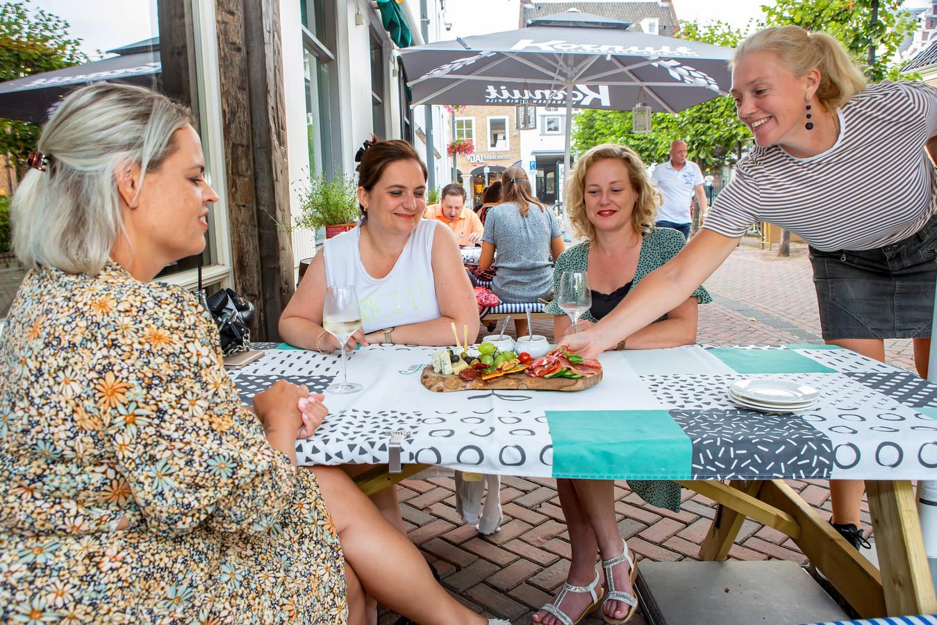Nicolette Dusseldorp serveert de borrelplank aan Femke, Yvette en Marjolein.