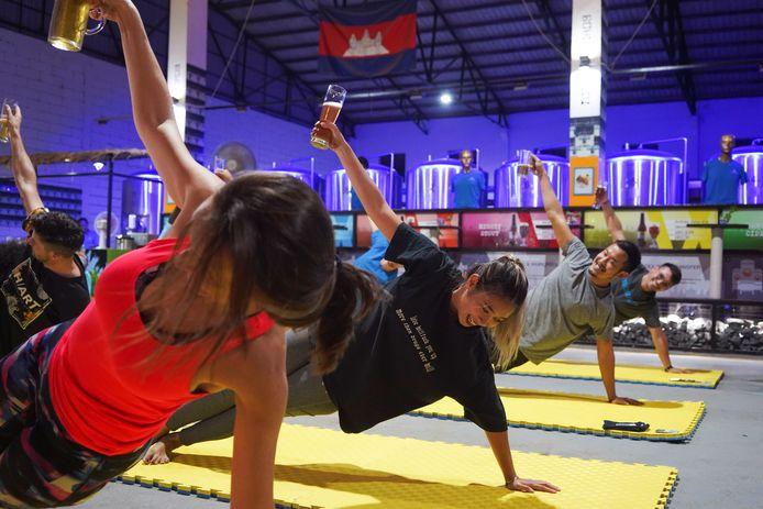 Une séance de yoga bière à Phnom Penh, la capitale du Cambodge, le 19 janvier dernier.