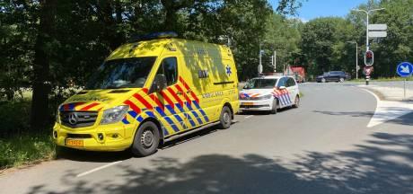 Automobiliste rijdt achterop autoambulance na onwelwording in Schaijk