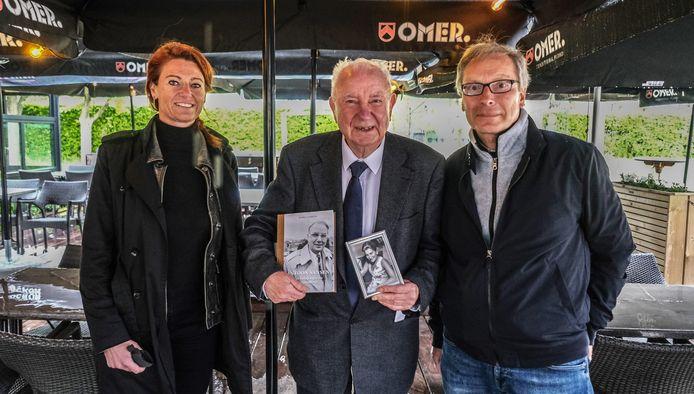 Ereburgemeester Antoon Sansen stelde het boek 'van volksjongen tot burgemeester' voor op het terras van taverne De Vlasblomme. Hij wordt hier geflankeerd door burgemeester Ruth Vandenberghe en auteur Karel Cambien.