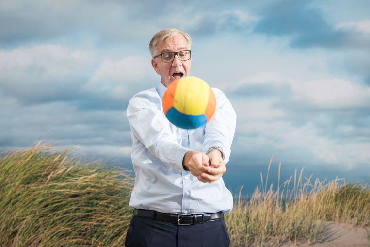 De uitslag van het potje beachvolleybal tijdens het partijcongres in Berlijn is niet bekend, maar de linkse partij Die Linke, met Dietmar Bartsch als een van de twee lijsttrekkers, staat zesde in de peilingen voor de verkiezingen in september. Beeld Getty Images